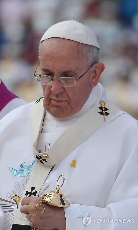 Le pape essuie les larmes des familles des victimes du Sewol