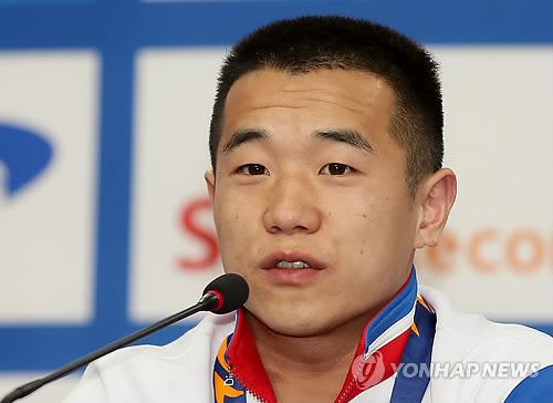 Jeux asiatiques : deux haltテゥrophiles nord-corテゥens dテゥdient leur mテゥdaille d窶冩r テ� Kim Jong-un