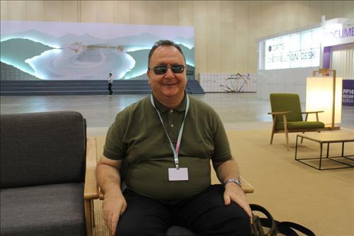 (Interview Yonhap) Jacques Salvador, interprète aveugle à la Conférence de l'UIT