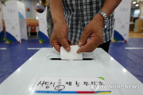 (AMPLIACIÓN)- Los votantes van a las urnas en las mayores elecciones parciales de la historia del país