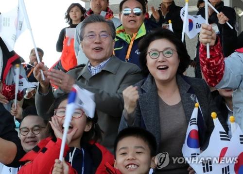 الرئيس مون يحضر سباق التزلج الريفي في أولمبياد بيونغ تشانغ للمعاقين