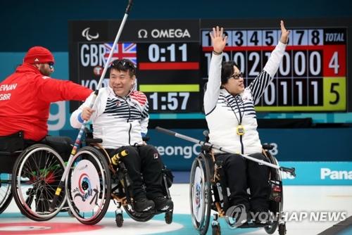 الفريق البارالمبي الكوري الجنوبي للكيرلينغ يفوز على نظيره البريطاني ليتأهل إلى ربع النهائي