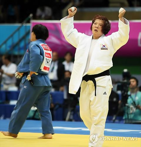 (LEAD) (Asiad) S. Korean judoka Jeong Gyeong-mi defends gold in inter-Korea showdown