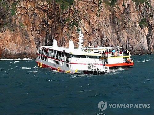(2nd LD) Cruise ship runs aground off southwest coast, passengers rescued