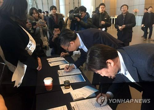 (Yonhap Feature) Petition drive highlights economic woes, opposing views on growth