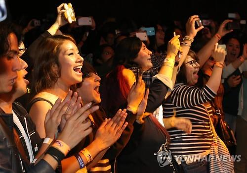 (LEAD) (Yonhap Feature) S. Korean boy band INFINITE dazzle young Mexicans