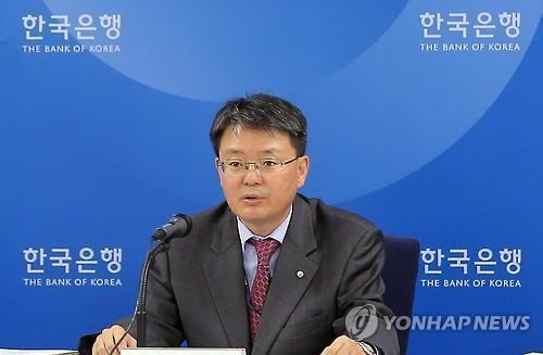 (LEAD) BOK voices reservations over Park's quantitative easing offer