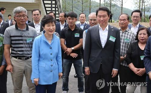 Park visits eco-friendly town to promote policies to tackle climate change, bolster energy industries