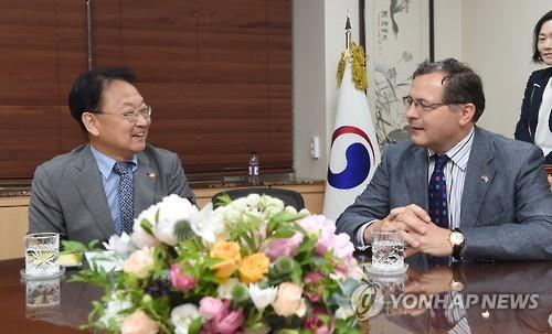S. Korean finance minister, British diplomat discuss ways to deal with Brexit