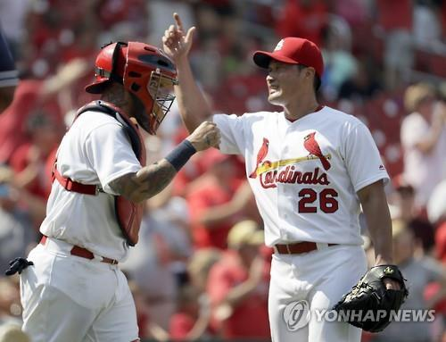 (LEAD) Cardinals' Oh Seung-hwan picks up 2 saves in one day