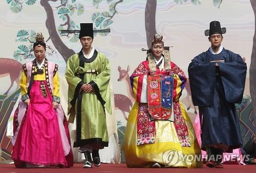 (LEAD) Seoulites, foreigners celebrate hanbok in splendor