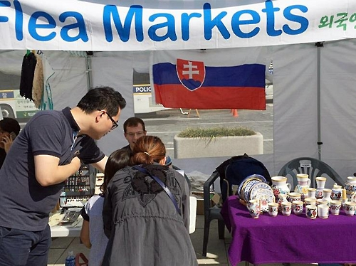 Foreigners' flea market opens in central Seoul