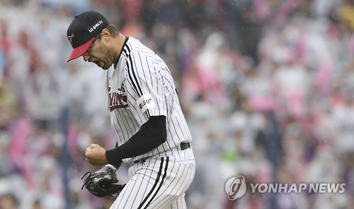 (Yonhap Interview) Red-hot pitcher feeding off fans' energy in postseason