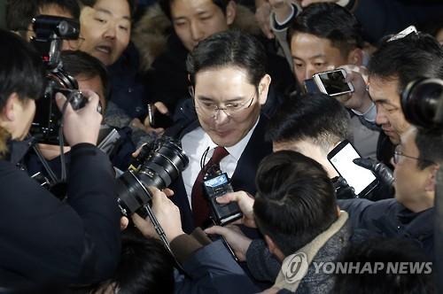 (LEAD) Arrest warrant sought for Samsung heir in corruption probe