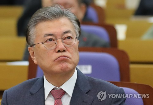 Moon widens gap with Ban in opinion poll