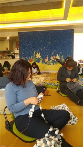 (Yonhap Feature) Moms knit to remember children lost in Sewol disaster