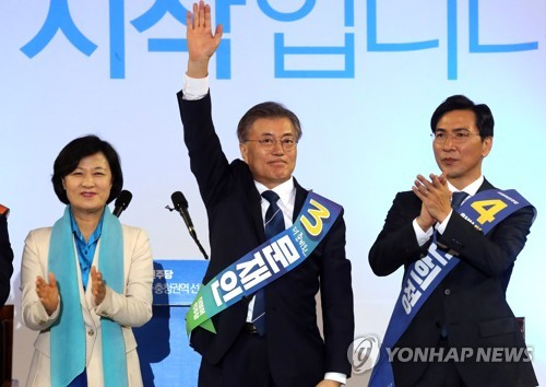 Moon maintains gap but Ahn jumps to second in weekly poll