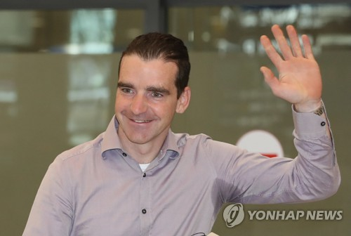 (LEAD) Ex-Dutch Olympic champion Bob de Jong arrives in S. Korea as new speed skating coach