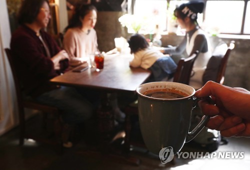 (LEAD) S. Koreans consume 377 cups of coffee on average in 2016: report