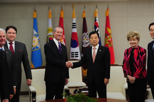 Defense minister discusses N. Korea with U.S. lawmakers