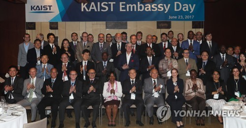 (2nd L) S. Korea's top tech university courts bright int'l students, faculty