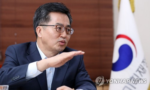 (Yonhap Interview) Finance minister vows to attain 3 pct growth