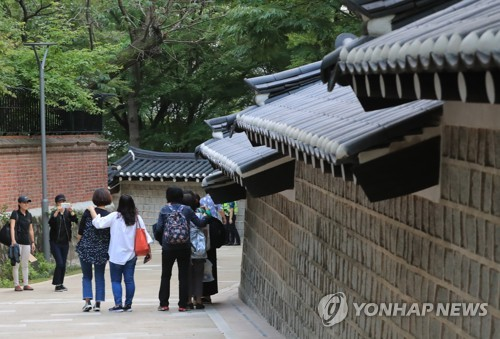 (Yonhap Feature) Royal palace walking path in central Seoul opens up to public after 60 years
