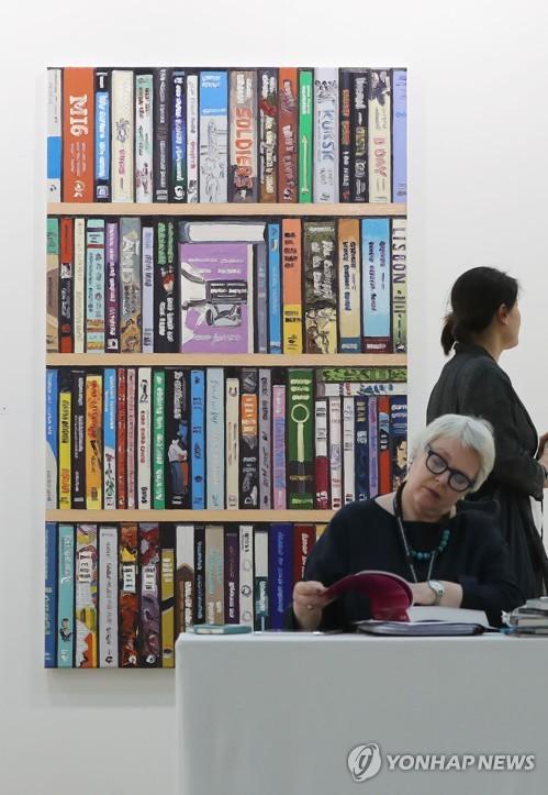 Shrugging off N.K. threats, Korea's biggest art fair off to great start