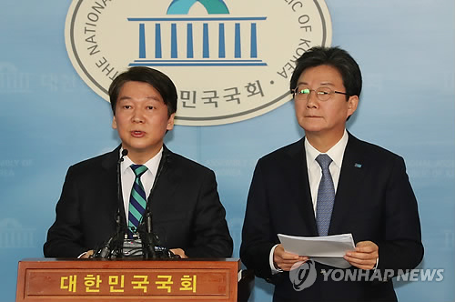 (LEAD) Leaders of People's Party, Bareun Party declare merger