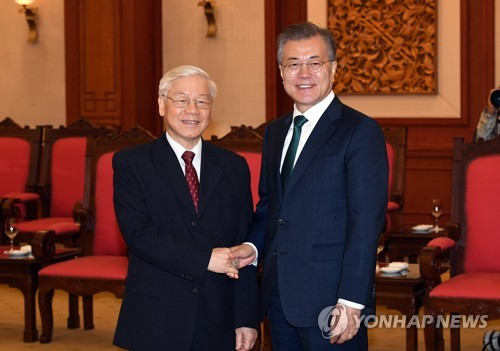 Moon promotes cooperation in talks with Vietnamese leaders