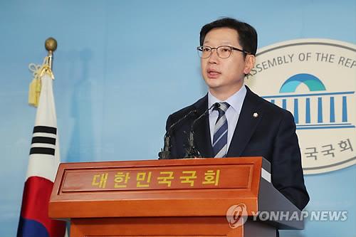(LEAD) Moon's confidant declares bid to run in local elections despite scandal