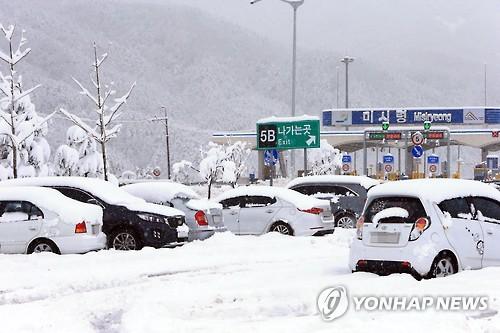 미시령 동서관통도로 폭설 상행선 교통 통제…30㎝ 내려(종합)