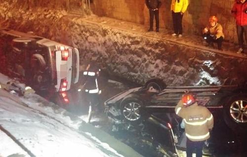 광명 IC 인근서 차량 2대 충돌해 전복…2명 부상