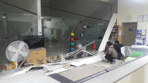 천안국민체육센터 스쿼시장 천장 마감재 일부 추락…보수 중