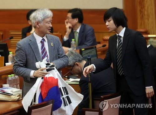 탄핵심판 변론 중 박수친 50대 남성…첫 방청객 '퇴정'