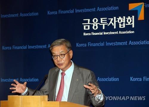 황영기 '기울어진 운동장' vs 하영구 '종합운동장'