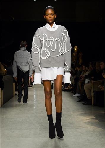 패션쇼에서 본 제품 곧바로 매장에서…버버리 새 컬렉션 선보여