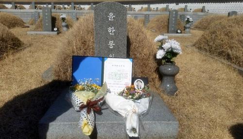 '5·18 마지막 수배자' 46년만에 졸업장…부인 묘역서 축하 인사