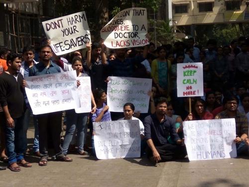 """""""때리지 마세요""""…매맞는 인도 의사들, 집단휴가·헬멧진료 시위"""