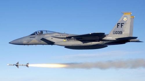 美, 배치 30년 넘은 F-15C/D 전투기 퇴역 검토…F-16 성능개량
