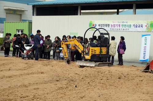 [카메라뉴스] 여성도 '척척'…정읍시 농기계 교육 호응