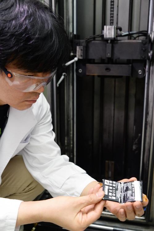 """""""배터리 부숴도 폭발 안해요""""…LG G6 시험실 가보니"""