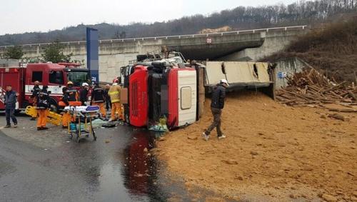 괴산서 5t 화물차-덤프트럭 충돌로 2명 부상