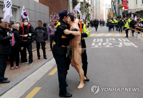 박前대통령 집 앞에 또 나체로 뛰어든 40대 남성 연행