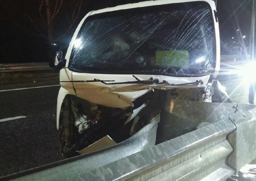 화물차 빗길 중앙분리대 들이받아…운전자 사망