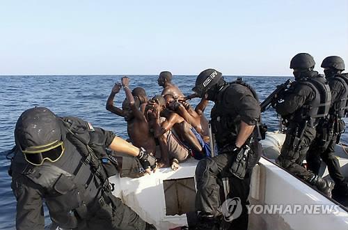 소말리아 해상서 19명 탄 화물선 해적에 피랍됐다가 구조돼