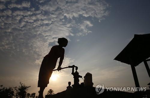 미얀마, '인종청소' 논란 속 로힝야 난민캠프 폐쇄 착수