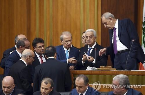"""레바논대통령 """"의원 임기연장 안돼""""…한달간 의회 활동 정지"""