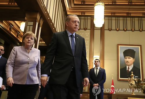 """메르켈, 터키 대통령에 """"반대파 존중하며 대화해야"""""""