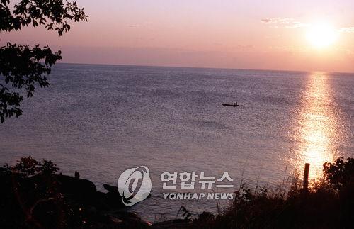말라위 호수서 보트 전복…60대男 가루포대 붙잡고 구사일생